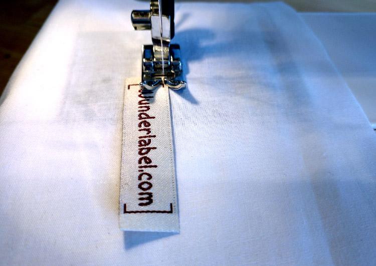 Come attaccare un'etichetta tessuta